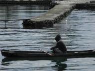 Seorang pemuda sedang menaiki perahu