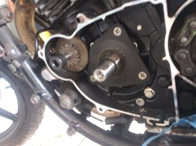 serpihan logam di blok kiri mesin